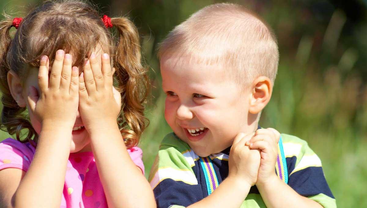 Risas de niños pequeños